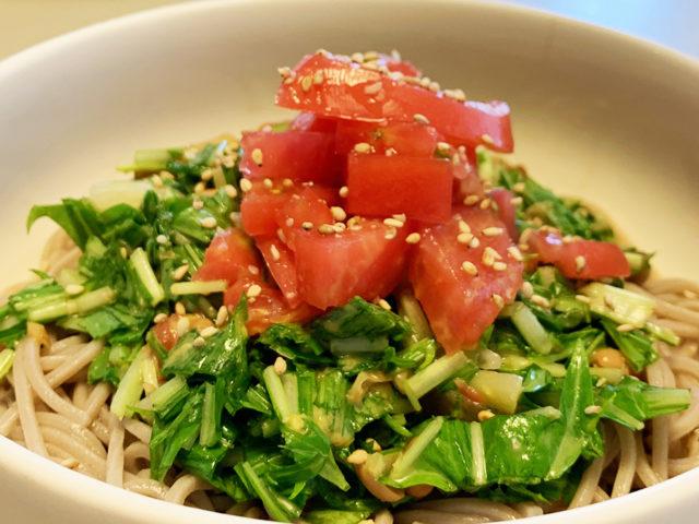 トマトと水菜と納豆と、簡単サラダそば。【まゆげごはん】