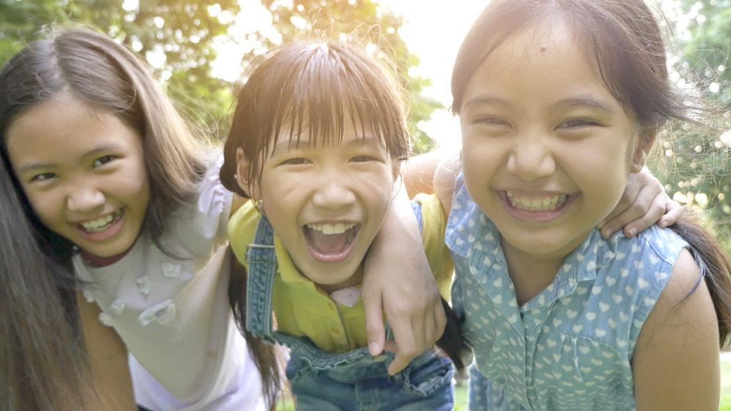 子どもの写真を上手に撮るための4つのワザ_友達と一緒