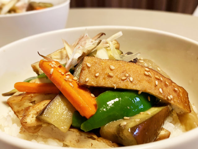 コクと旨味、夏野菜と厚揚げのみそ炒め丼【まゆげごはん】