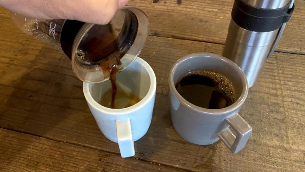 珈琲の淹れ方_マグカップに注ぐ